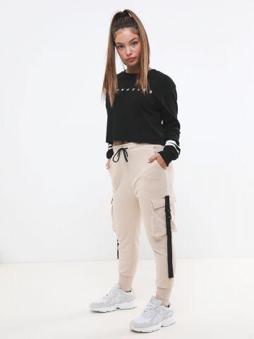 מכנסי טרנינג עם כיסים ורצועות