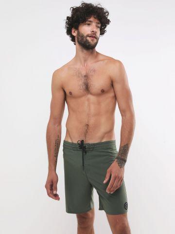 מכנסי בגד ים עם פאץ' לוגו
