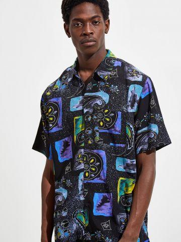 חולצה מכופתרת בהדפס גלקסיה UO