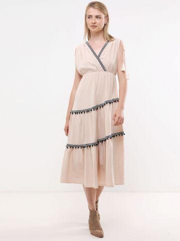שמלת מקסי עם עיטורי רקמה ופונפונים
