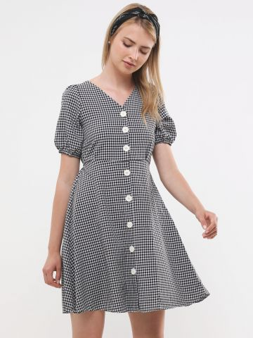 שמלת מיני בהדפס משבצות עם כפתורים