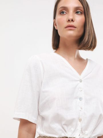 חולצת קרופ מכופתרת עם קשירה בסיומת