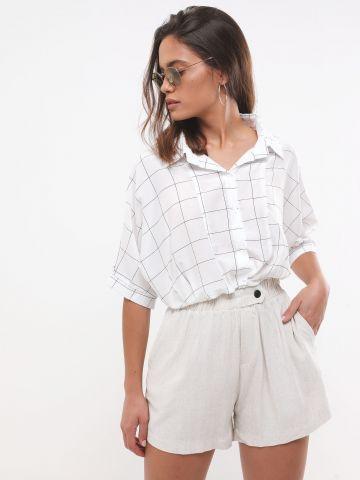 מכנסיים קצרים עם כפתור דקורטיבי