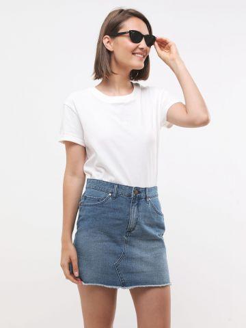 חצאית מיני ג'ינס עם פרנזים בסיומת