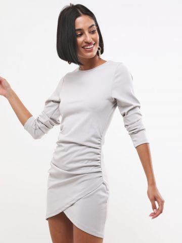 שמלת מיני כיווצים עם סיומת אסימטרית