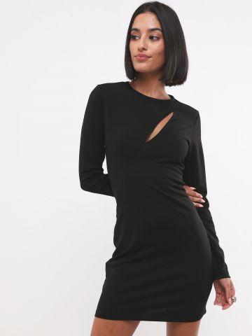 שמלת מיני עם פתח בחזה