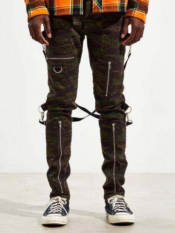 מכנסיים ארוכים סקיני בהדפס קמופלאז' עם רצועות UO