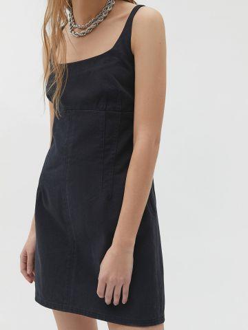 שמלת ג'ינס מיני עם תפרים מודגשים UO
