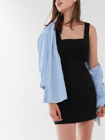 שמלת ג'ינס מיני עם פתח בגב UO