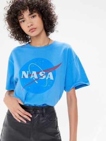 טי שירט עם הדפס לוגו UO NASA