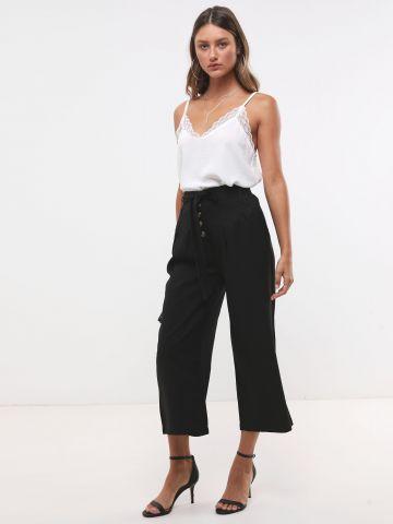 מכנסי קרופ מתרחבים עם כפתורים וחגורת קשירה