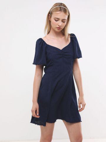 שמלת מיני עם שרוולים קצרים בעיטור פונפונים