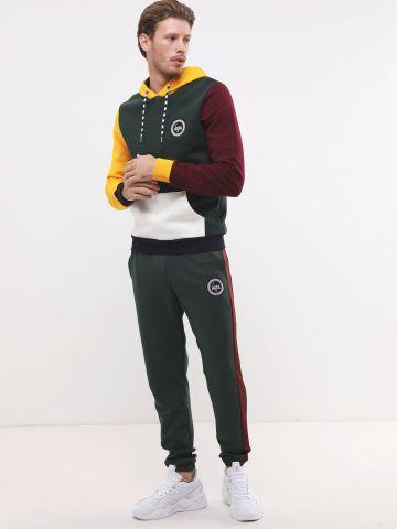 מכנסי טרנינג ארוכים עם סטריפים ופאץ' לוגו