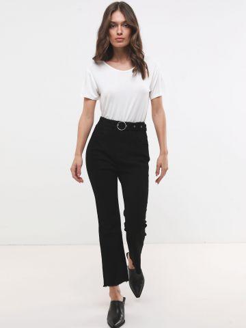 ג'ינס ישר עם שוליים פרומים וחגורה