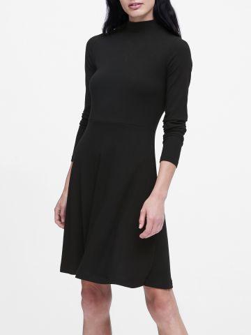 שמלת מיני סריג ריב עם צווארון גבוה