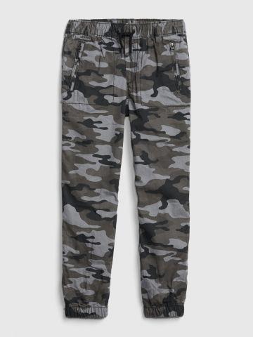 מכנסיים ארוכים בהדפס קמופלאז' עם גומי וכיסים / בנים של GAP