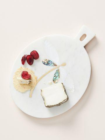 מגש שיש להגשת גבינות עם עיטורים מטאלים