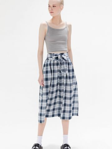 חצאית מידי בהדפס משבצות עם קשירה UO