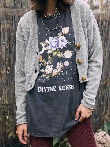 טי שירט עם הדפס פרחים וכיתוב UO Divine Sense