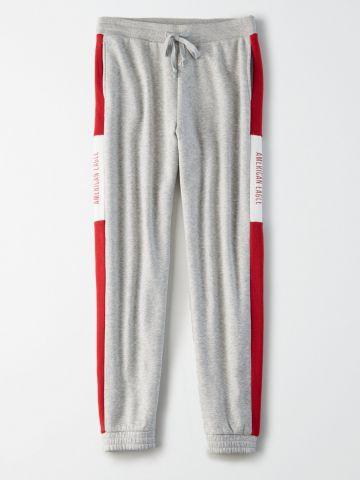 מכנסי טרנינג קולור בלוק עם הדפס לוגו / נשים