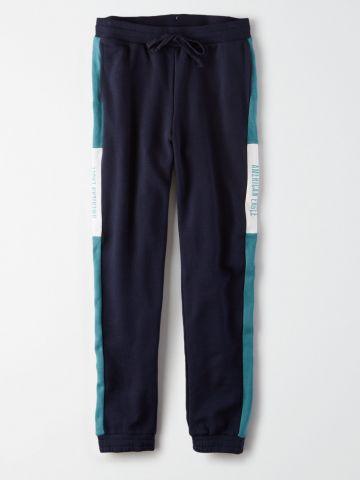 מכנסי טרנינג קולור בלוק עם סטריפ לוגו / נשים