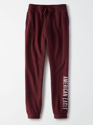 מכנסי טרנינג עם הדפס לוגו / נשים