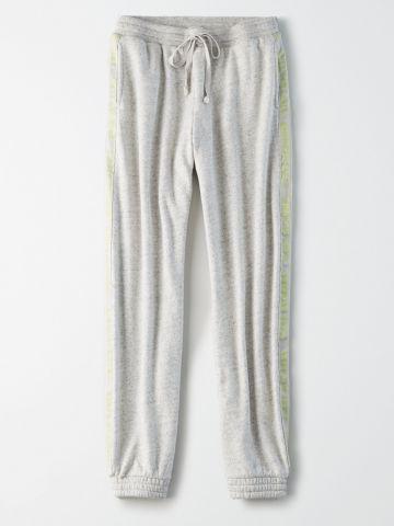 מכנסי טרנינג עם סטריפים בהדפס לוגו ניאון רץ / נשים