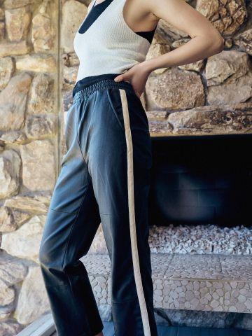 מכנסיים ארוכים דמוי עור עם סטריפים UO של URBAN OUTFITTERS