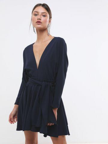 שמלת מיני וי עם קשירה במותן AIMEE