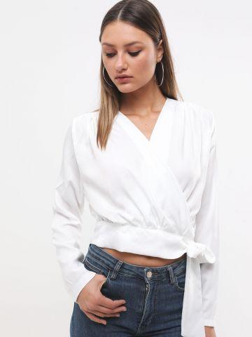 חולצת מעטפת עם קשירה בצד