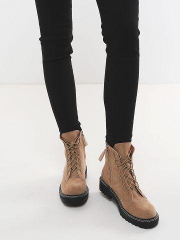 מגפיים דמוי זמש עם שרוכים וסולייה צ'אנקי