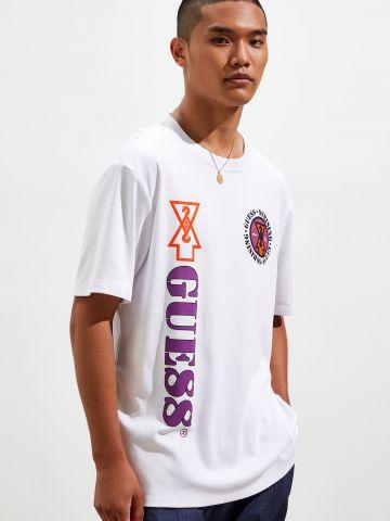 טי שירט עם הדפס לוגו UO X GUESS