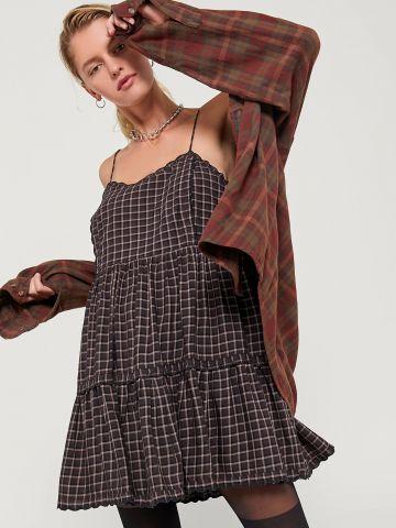 שמלת קומות מיני בהדפס משבצות UO של URBAN OUTFITTERS