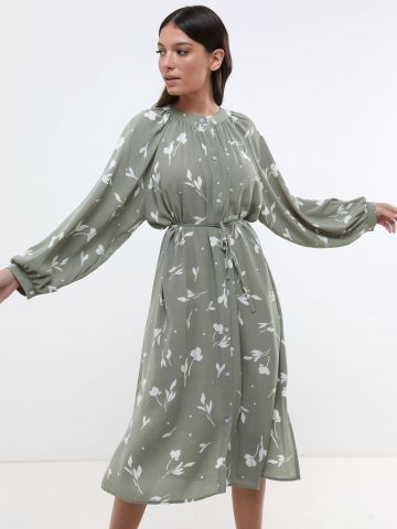 שמלת מידי בהדפס עלים עם כפתורים וקשירה