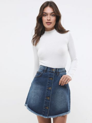 חצאית ג'ינס מיני בשטיפה כהה עם שפשופים וכפתורים