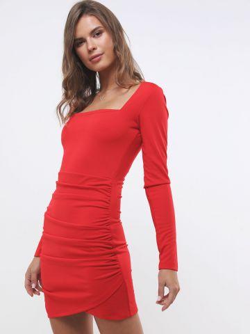 שמלת מיני עם כיווצים ומפתח מרובע