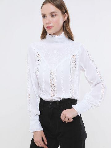 חולצה עם רקמת פרחים וצווארון גבוה