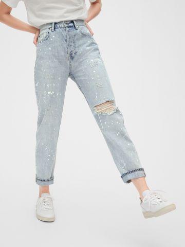 ג'ינס בשטיפה בהירה עם כתמי צבע