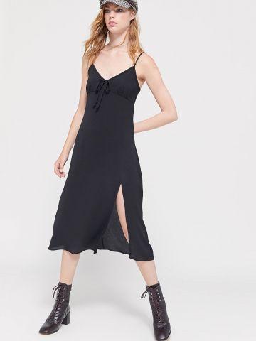 שמלת מידי עם קשירה בחזית ושסע UO