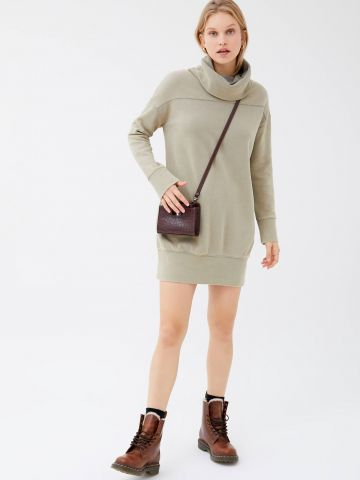 שמלת סווטשירט מיני עם צווארון גולף UO