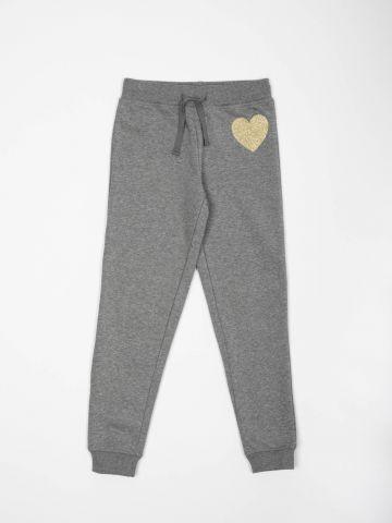 מכנסי טרנינג פוטר עם הדפס לב נצנצים / בנות