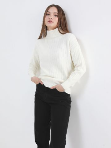 סוודר בטקסטורות משתנות עם צווארון גבוה