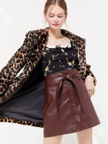 חצאית מיני דמוי עור עם כפתורים וקשירה UO