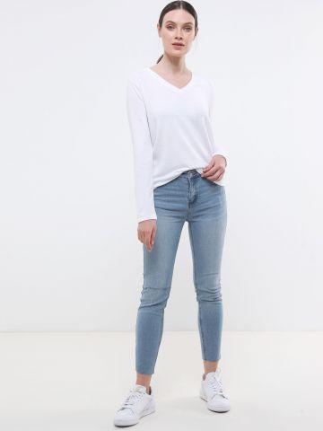 ג'ינס סקיני עם שפשופים וסיומת גזורה