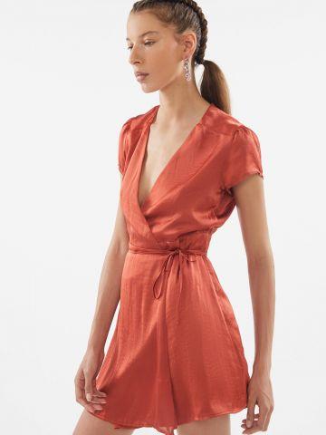 שמלת מיני סאטן מעטפת UO של URBAN OUTFITTERS