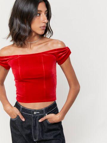 חולצת קרופ אוף שולדרס מקטיפה UO