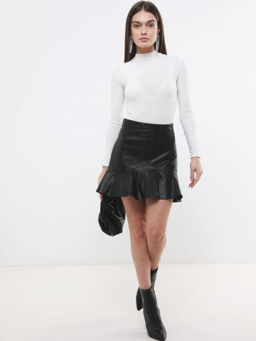 חצאית מיני דמוי עור עם סיומת פפלום