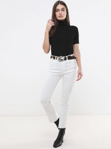 ג'ינס סקיני בגזרה ישרה עם סיומת גזורה