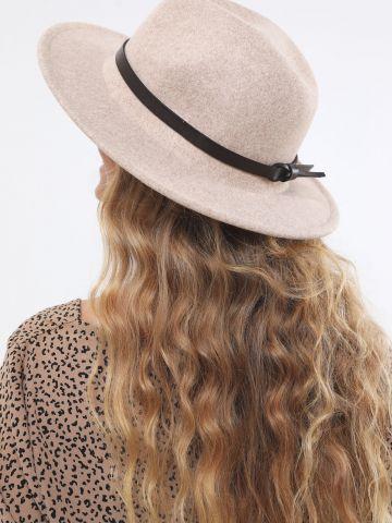 כובע דמוי צמר רחב שוליים בשילוב רצועה / נשים