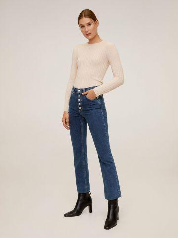 ג'ינס עם כפתורים וסיומת גזורה